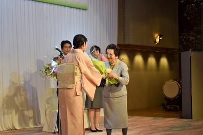 安部洋子様への花束贈呈.jpg