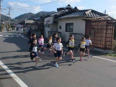 小学校3・4年生女子1.5kmの部スタート.jpg