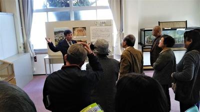 山口県埋蔵文化センター石井次長の展示品説明2.jpg