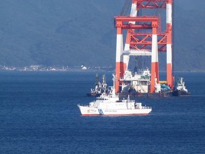 巡視船「おおみ」とクレーン船2.jpg