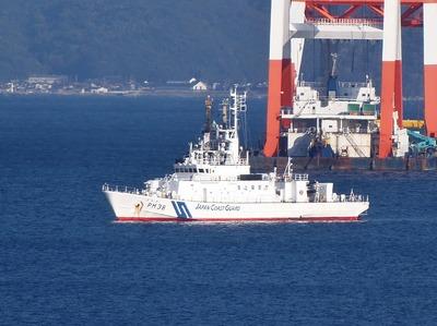 巡視船「おおみ」とクレーン船3.jpg
