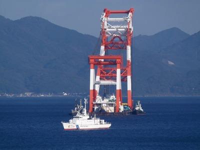 巡視船「おおみ」とクレーン船1.jpg