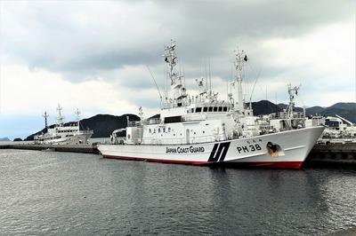 巡視船「おおみ」と海友丸.jpg