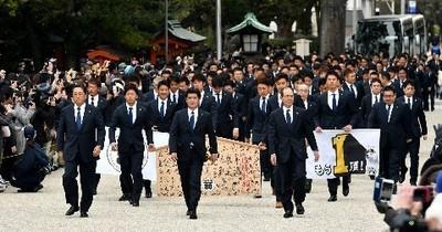 工藤監督(中央)を先頭に必勝祈願に向かうホークスナイン.jpg
