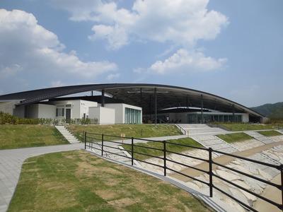巨大なアーチ屋根と河川公園.jpg