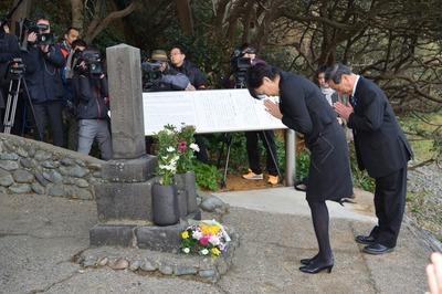 常陸丸遭難者の墓碑参拝.jpg