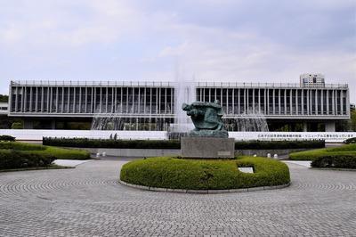 平和記念資料館と嵐の中の母子像.jpg