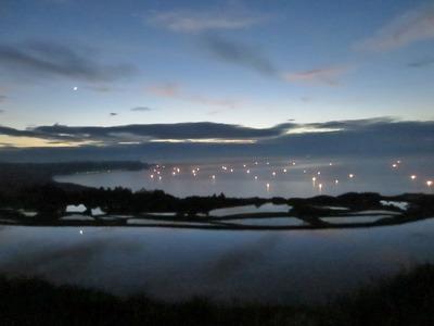 幻想的な棚田と漁火.jpg