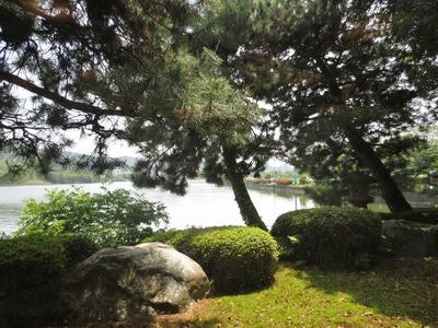 庭園と長沢湖.jpg
