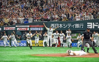 延長11回2死一、二塁、川島が右前にサヨナラ打を放ち歓喜するホークスナイン.jpg