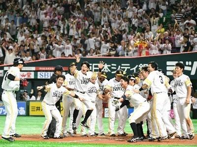 延長12回、サヨナラ本塁打の吉村(左端)の生還を迎えるソフトバンクナイン.jpg