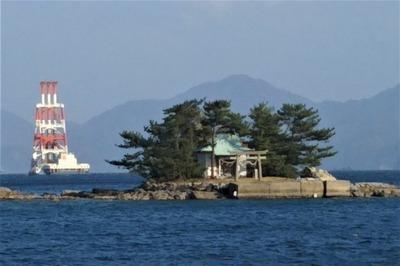 弁天島と作業船.jpg