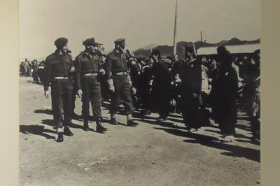 引揚者を視察する占領軍2.jpg