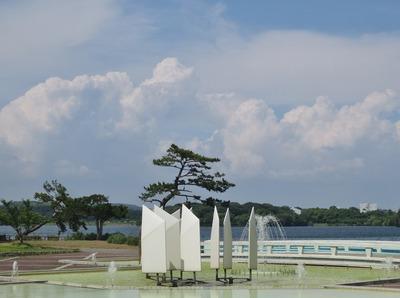 彫刻と夏の雲.jpg