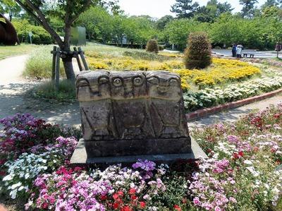 彫刻と季節の花.jpg