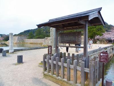 志都岐山神社碑と萩城址碑・説明.jpg