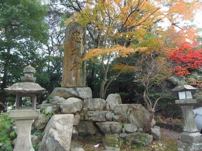 忠魂碑と秋色.jpg