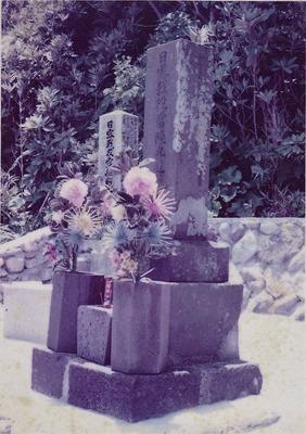 慰霊祭時のロシア兵士と常陸丸兵士の墓.jpg