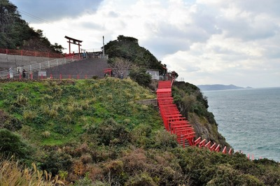 断崖絶壁の上に建立された元乃隅稲成神社.jpg