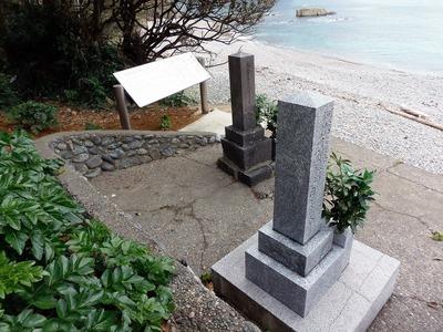 日露兵士の墓と説明板2.jpg