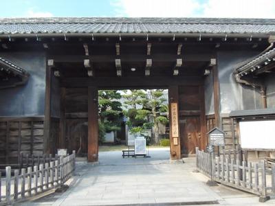 旧伊藤伝右衛門邸の長屋門.jpg