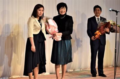 昭恵夫人と花束贈呈者との記念撮影.jpg