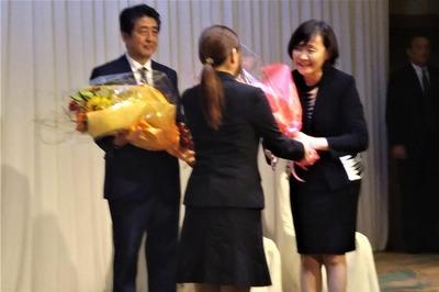 昭恵夫人への花束贈呈.jpg