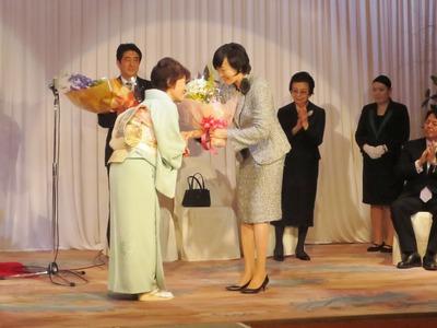 昭恵夫人へ花束贈呈.jpg