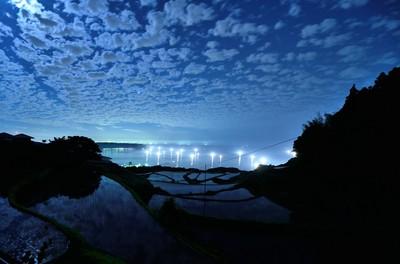 月明かりの棚田と漁火.jpg