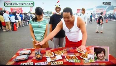 末永実行委員長と出店店舗の商品.jpg