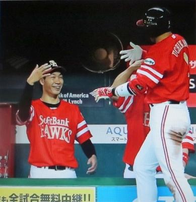 本塁打を放ったソフトバンク・内川を迎える武田.jpg