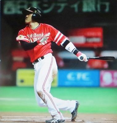 本塁打を放つソフトバンク・内川.jpg