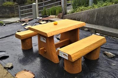 杉のテーブルとイス.jpg