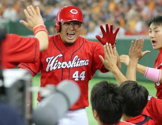 松山が勝ち越しの本塁打を放ち、ベンチでハイタッチ.jpg