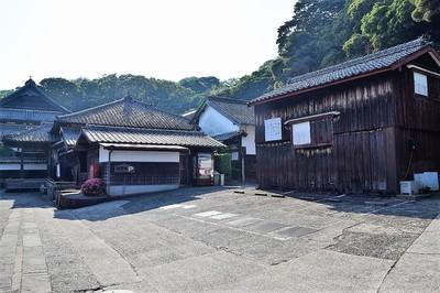 松浦史料博物館と駐車場.jpg