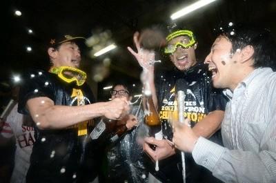 柳田(右から2人目)にビールをかける松田.jpg