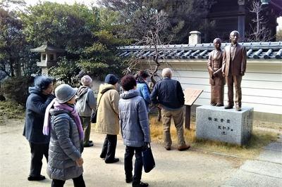 楫取素彦・美和子(ふみ)銅像.jpg