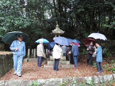 殉国戦士之碑右側14基の墓標へのお参り.jpg