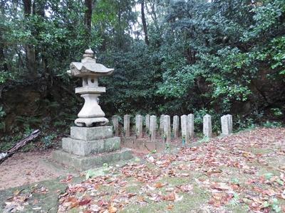 殉国戦士之碑左側16基の墓標.jpg