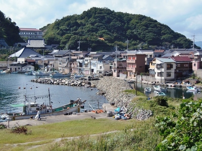 段浦の家並みと漁港と石積み防波堤1.jpg