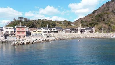 段浦の家並みと漁港と石積み防波堤2.jpg