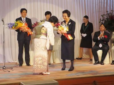 母親洋子様へ花束贈呈.jpg
