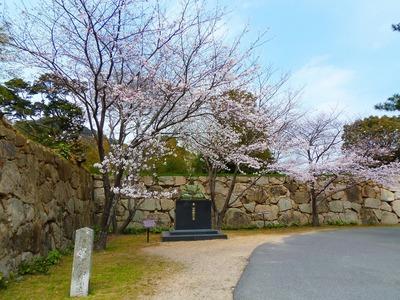 毛利輝元公像と桜1.jpg