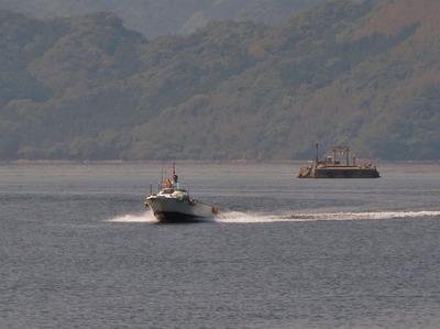 沖合の遊漁船.jpg