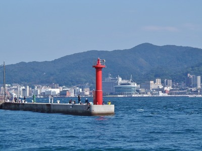 沖合防波堤の釣り師.jpg