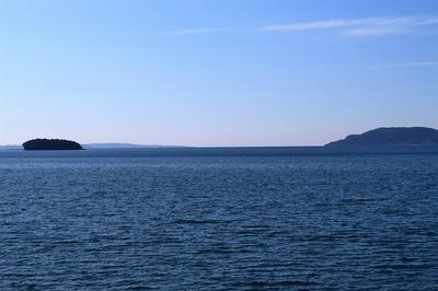油谷湾に浮かぶ竹島1.jpg