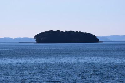 油谷湾に浮かぶ竹島3.jpg