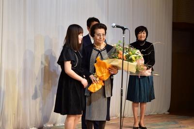 洋子様と花束贈呈者との記念撮影.jpg