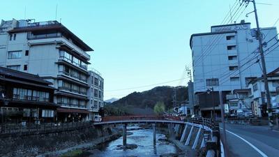 湯本温泉街と音信川.jpg