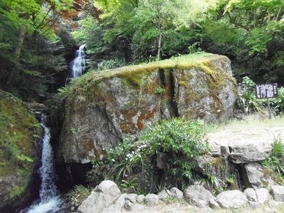 滝の大石.jpg